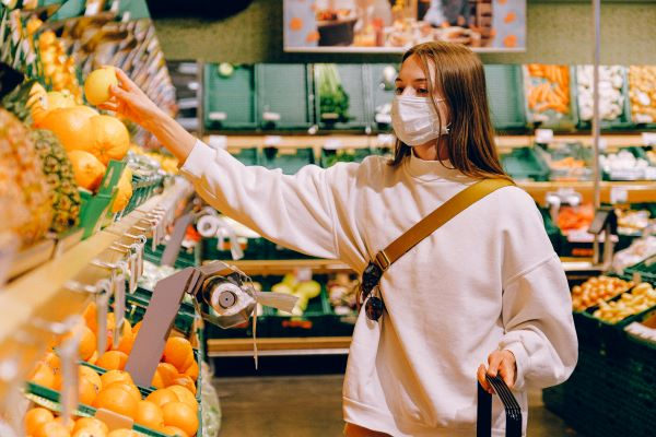woman-wearing-mask-in-supermarket