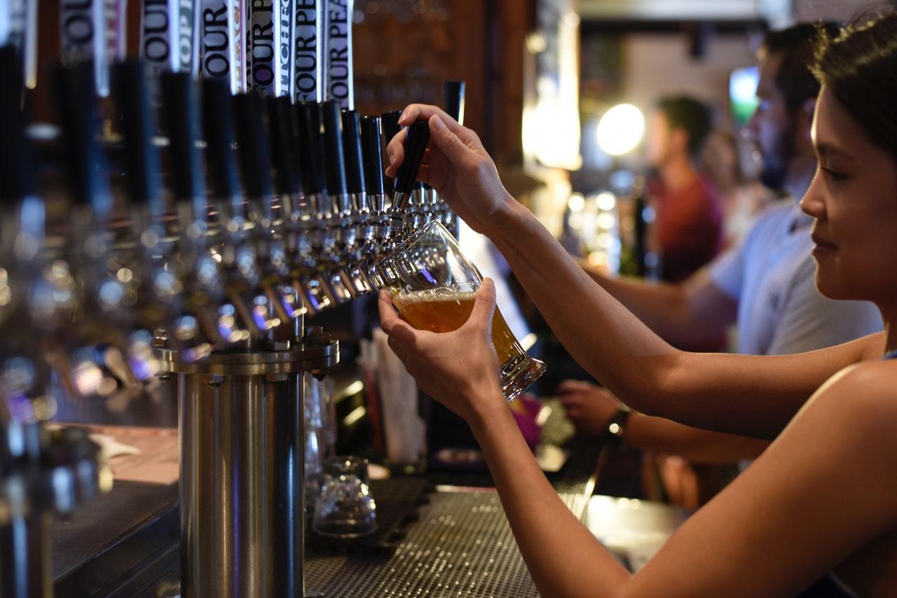 pub-pulling-a-pint